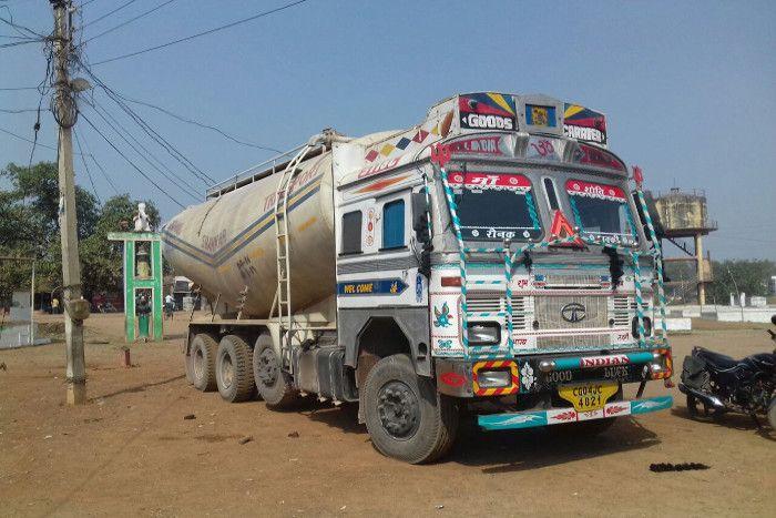 दर्दनाक सड़कहादसा: 200 मीटर तक घसीटता चला गया ट्रक में फंसा युवक