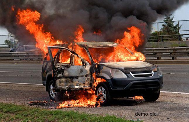 जब बीच सड़क पर धू-धू कर जलने लगी चलती कार, कूदकर बचाई जान