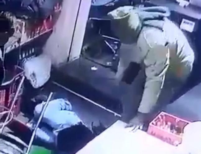देखिए वीडियो, बिल मांगने पर पुलिस ने होटल मालिक को बेरहमी से पीटा