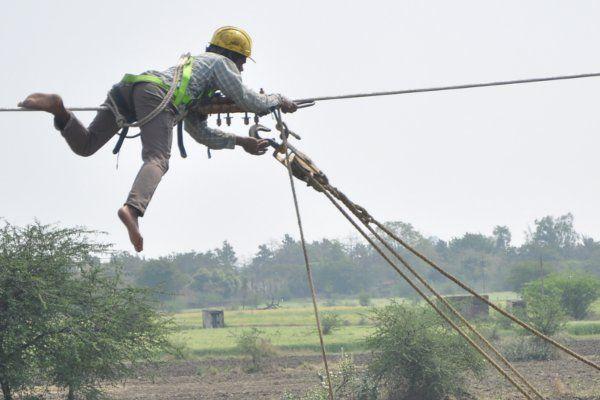 बिजली कंपनी के कर्मचारी बने 'स्पाइडरमैन', तीन घंटे तक चले हाईटेंशन लाइन पर