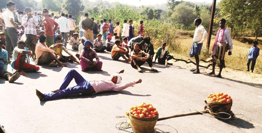 नहीं थम रहा किसानों का आक्रोश, टमाटर सड़क पर रखकर किया चक्काजाम