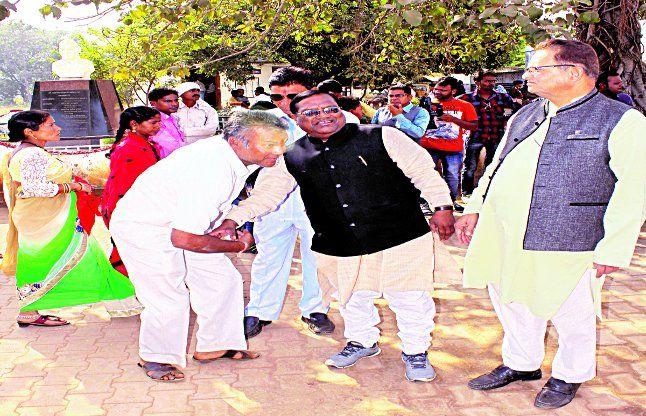 चरोदा निगम चुनाव: भाजपा के बागियों ने वरिष्ठ नेताओं के पैर छूकर निर्दलीय भरा नामांकन