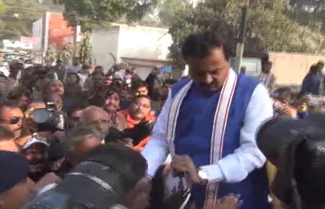 केशव प्रसाद मौर्य को चारों तरफ से वकीलों ने घेरा तो दूसरे रास्ते से 'भागना' पड़ा- देखें वीडियो