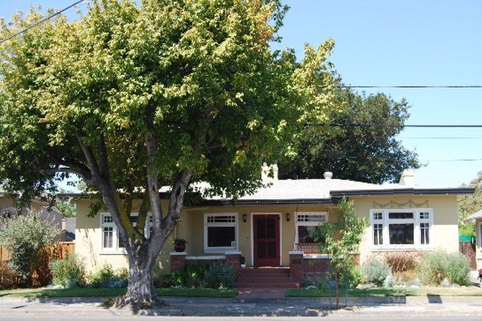 अगर आपके मकान के सामने है पेड़ या खंभा तो संभल जाएं यही है समस्याओं की जड़