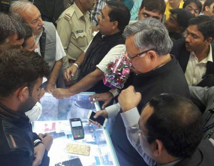 CM ने CG के पहले कैशलेस मार्केट से की खरीददारी, कार्ड से किया पेमेंट