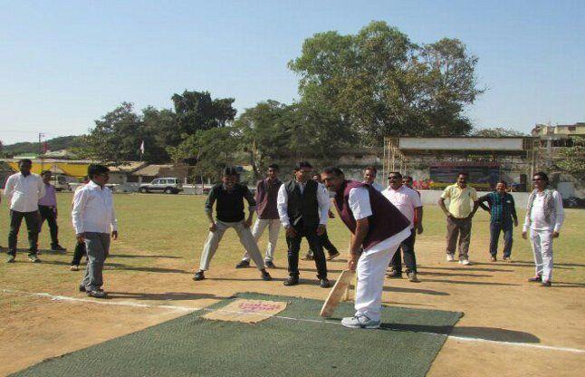 राजनीति छोड़ BJP MLA पहुंचे क्रिकेट मैदान, 56 साल में कोहली सा अंदाज