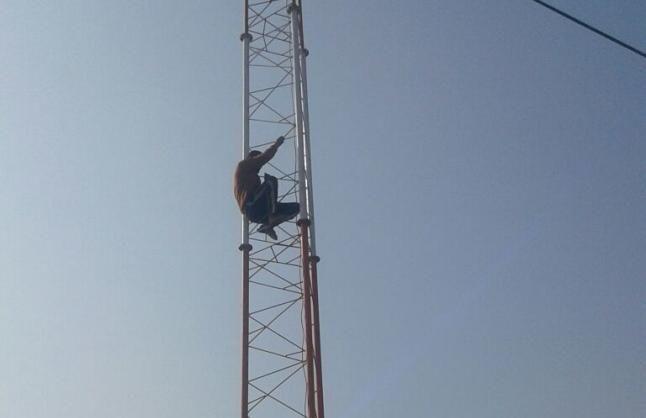 मोबाइल टावर पर चढ़ा युवक, बोला- कैश दो नहीं तो कूद जाऊंगा