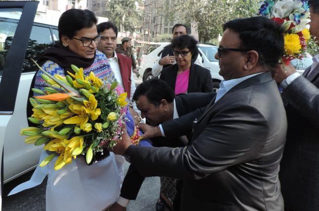 अब इस अधिकारी ने छुए सपा महासचिव रामगोपाल यादव के पैर