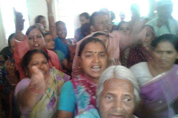 पुलिस ने लूट की योजना बनाते किया गिरफ्तार, घरवालों ने SP के सामने किया हंगामा