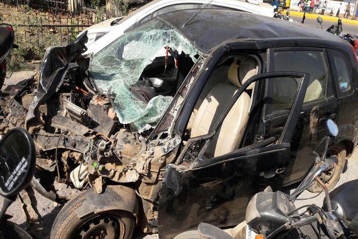 ट्रक ने मारी जबरदस्त टक्कर उड़ गए कार के परखच्चे, पांच घायल, तीन गंभीर