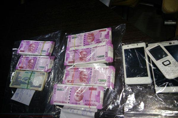 यात्री की जींस से बरामद हुए 28 लाख रुपये, एयरपोर्ट पर जांच में पकड़ा