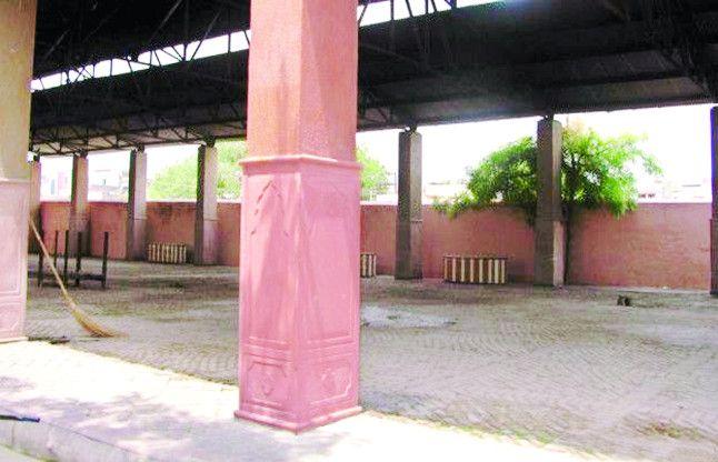यहां 150 साल से हो रहा दाह संस्कार, मंत्री का फरमान - तोड़ दो श्मशान की दीवार