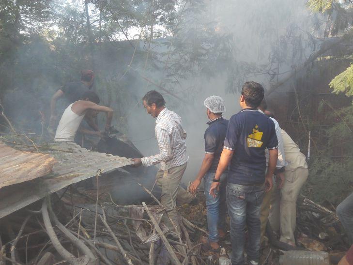 फर्नीचर गोदाम के भंगार में आग, तीन दमकल से पाया काबू