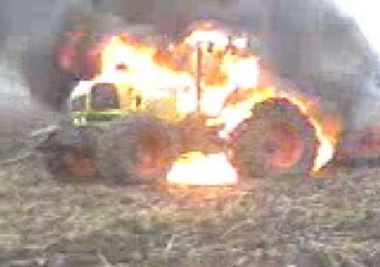 आजमगढ़ में अराजकतत्वों ने किसान का फूंका वाहन