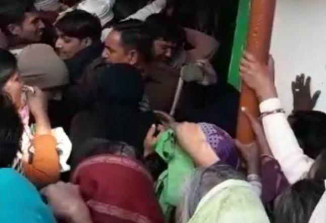 महिलाओं ने चप्पलों से की लाइन तोड़ने वालों की धुनाई, देखिए वीडियो