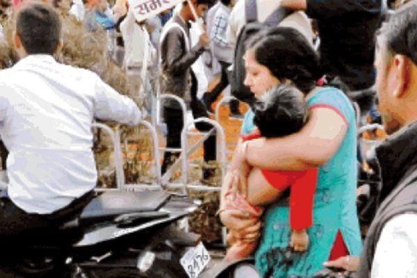 एबीवीपी की रैली से लगा जाम, तड़पते मासूम के साथ जाम में फंसी रही महिला