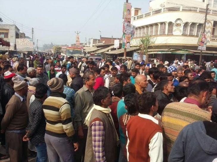 पुलिस के खिलाफ आजमगढ़ के लोग उतरे सड़क पर, घंटों लगा रहा जाम