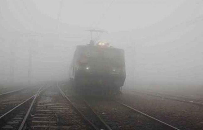 ट्रेनों पर जारी है कोहरे की मार, आधा दर्जन ट्रेनें लेट,यात्री रहे परेशान