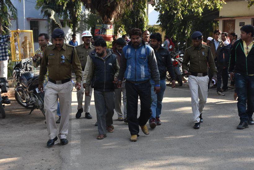 पुलिस ने जुआरियों का निकाला जुलूस