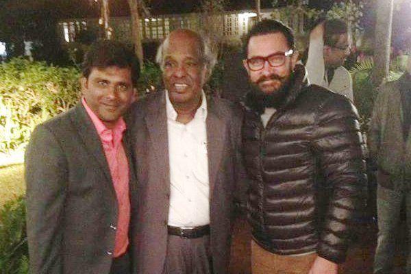 राहत इंदौरी से गर्मजोशी से मिले आमिर, सुनी इनकी नज्में
