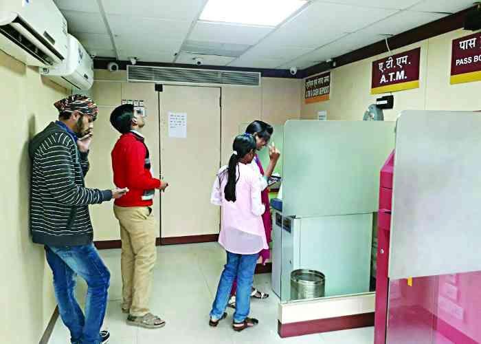 नोटबंदी:4500 की जगह एटीएम से निकल रहे 4000 रुपए