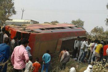 यात्रियों से भरी बस अनियंत्रित होकर पलटी, 20 यात्री घायल, 4 की हालत गंभीर
