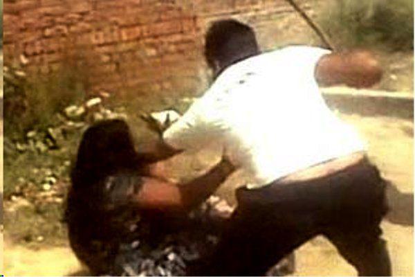 युवक ने कोर्ट परिसर में की महिला वकील की पिटाई, शर्ट के बटन भी तोड़े