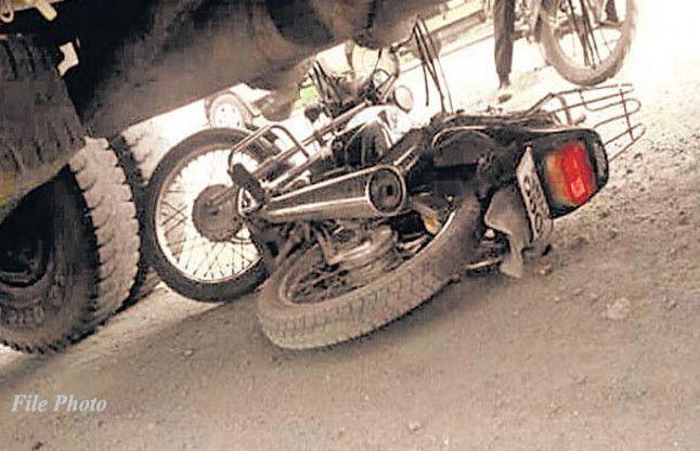 बाइक सवार दंपती को 100 मीटर घसीटता ले गया ट्रक, पत्नी की मौत, पति गंभीर