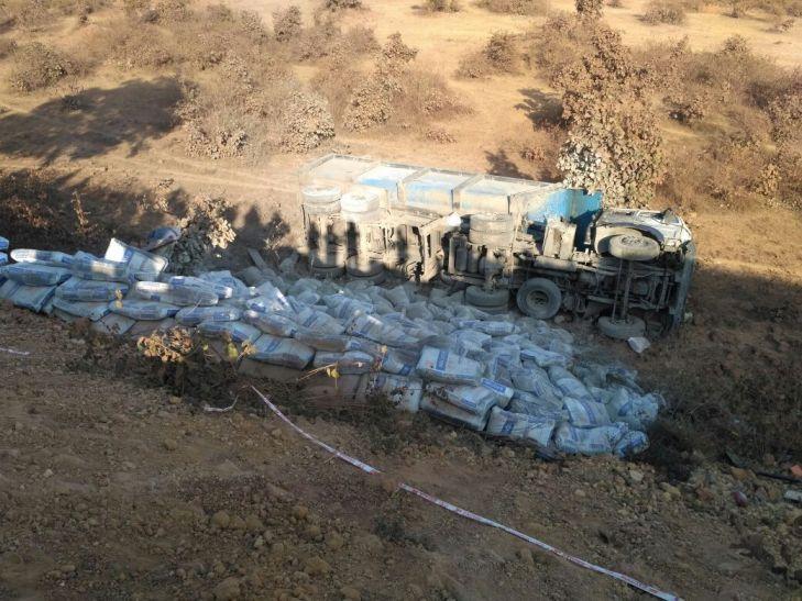रेलवे ओवर ब्रिज से 20 फिट नीचे गिरा सीमेंट से भरा ट्रक, चालक घायल