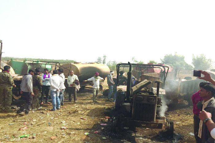 नक्सलियों का उत्पात: सड़क निर्माण में लगे दस गाडिय़ों को किया आग के हवाले