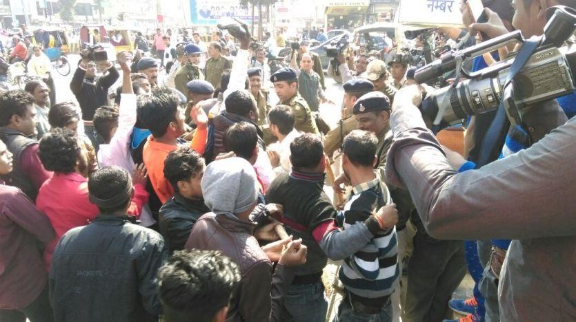 कांग्रेसियों और पुलिस में झड़प, राजू मिश्रा के हत्यारों को पकडऩे की मांग