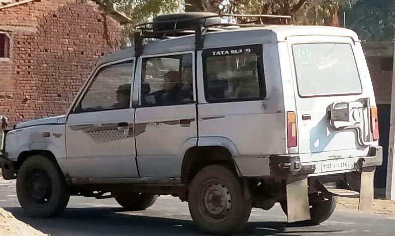 वाहन में क्षमता से अधिक बैठाए जा रहे बच्चे