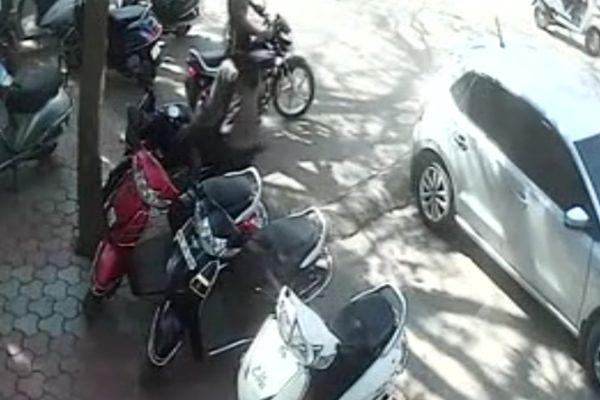 लाइव देखिए दिनदहाड़े कैसे घर के सामने से 15 मिनिट में चुराई बाइक