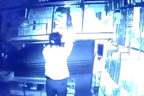 शटर उचकाकर दुकान में घुसे चोर, सीसीटीवी फुटेज में कैद हुई करतूत