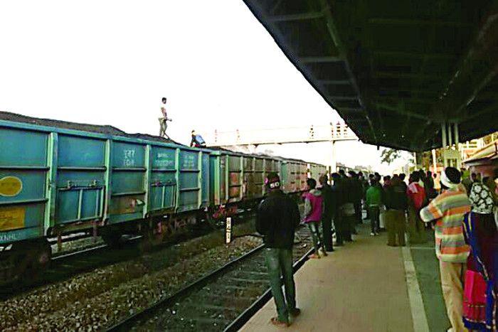 बर्निंग ट्रेन बनने से बची कोयले से भरी मालगाड़ी, 11 डिब्बों से उठ रहा था धुआं