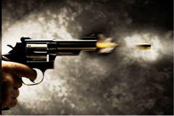 जमीन विवाद में चौकीदार ने किया फायर, हाथ से आर-पार निकली गोली