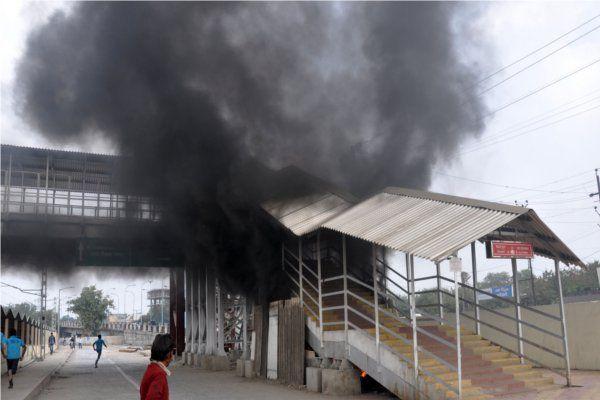आईलैंड रेलवे स्टेशन के ओवरब्रिज में लगी आग, कंपनी कर्मचारियों ने बुझाई