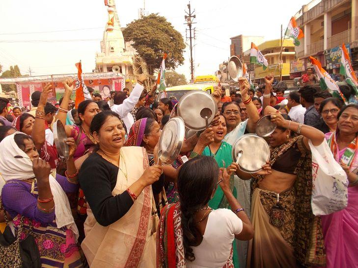 नोटबंदी के विरोध में महिला कांग्रेस ने थाली बजाकर किया आंदोलन