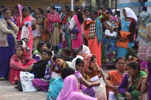 गर्भवती महिलाएं घंटों लगीं रहीं कतार में, बैठने के लिए नसीब नहीं हुई कुर्सी तक