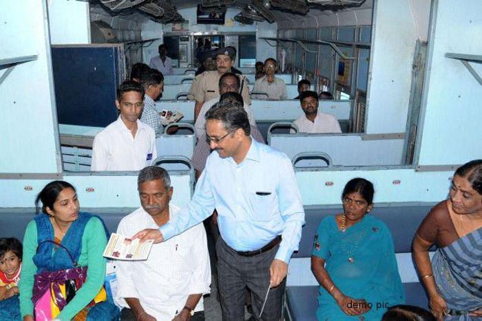 ट्रेनों में मच गया हड़कंप, जब रेल अफसरों ने 231 यात्रियों को ये जुर्म करते पकड़ा