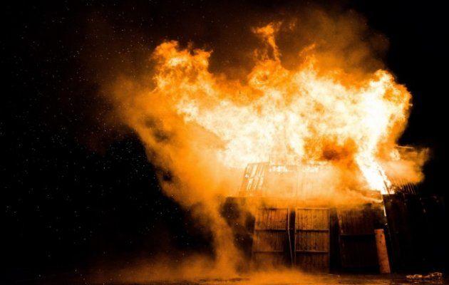 अलाव से लगी आग, दो घर समेत 4 मवेशी झुलसे
