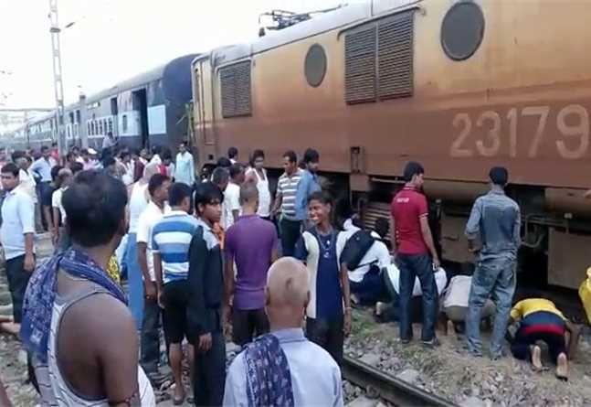 पंडारक स्टेशन पर हावड़ा-नई दिल्ली ट्रेन से एक महिला और उसके 2 बच्चों की मौत
