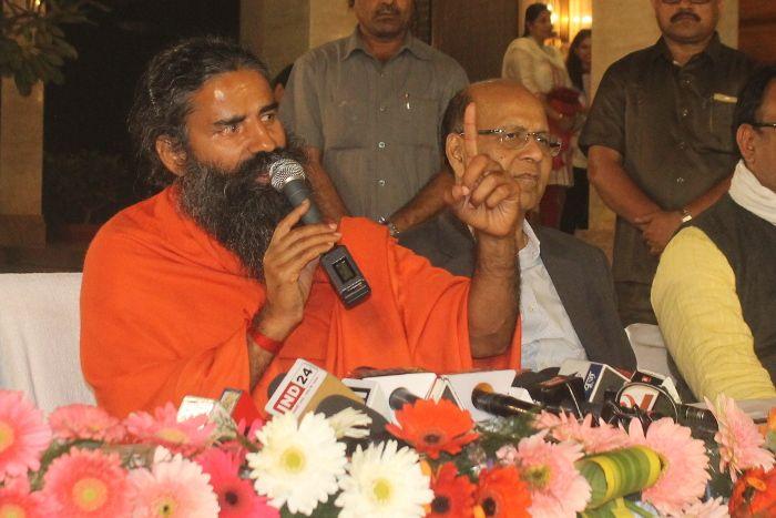 रायपुर पहुंचे  बाबा रामदेव ने मोदी सरकार को दी नसीहत, बंद करो 2000 का नोट