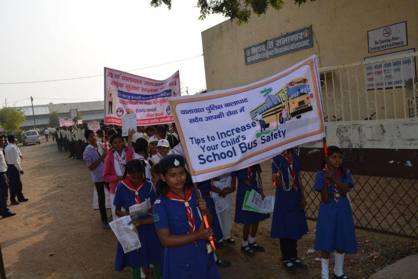 स्कूली बच्चों ने रैली निकाल दिया यातायात जागरूकता संदेश
