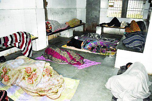 नगर सरकार फेल : सर्द रात में खुले में सो रहे निराश्रित