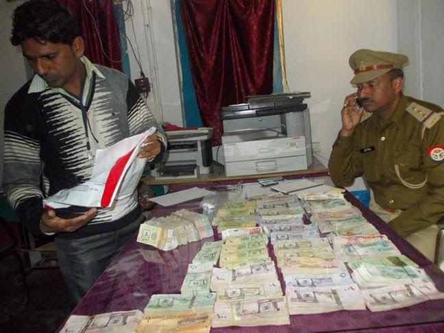 BIG BREAKING यूपी चुनाव से पहलेआजमगढ़ में कार से 87.21 लाख विदेशी मुद्रा बरामद