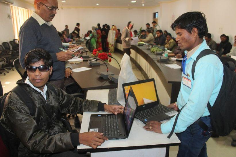 लैपटॉप पाकर नेत्रहीन युवाओं के चेहरे पर आई खुशी