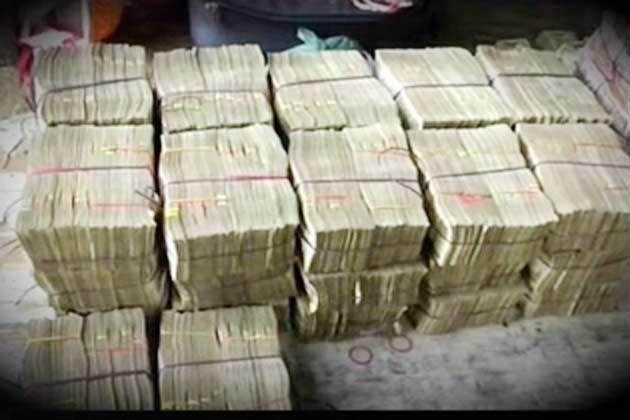 जौनपुर पुलिस ने कार से जब्त किये पांच लाख रुपये