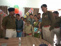 रायपुर पुलिस के इतिहास में पहली बार, बच्ची सानिया को आईजी ने पहनाई वर्दी