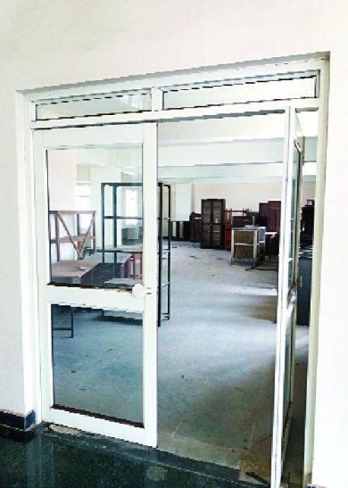 उद्योग भवन:करोड़ों से बने हॉल के खराब हाल